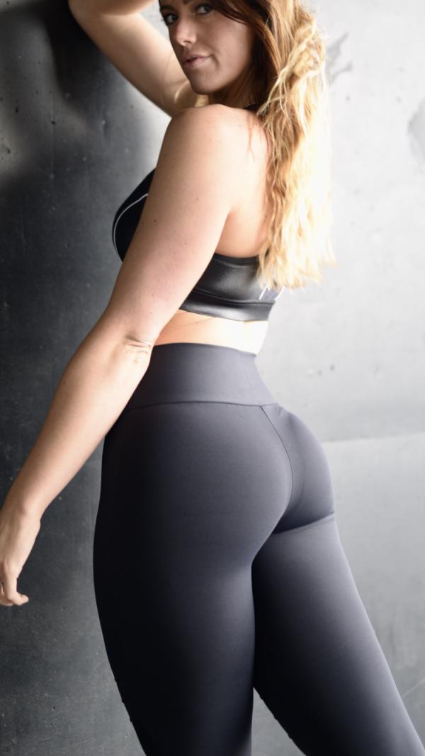 Fitgirl wearing black sportswear