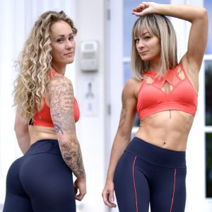 Two Fitgirls wearing a red sportsbra from Rolamoca
