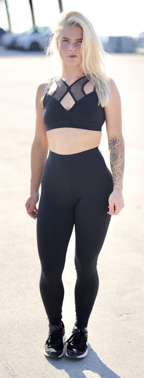 Fitgirl wearing a black Rolamoca infrared legging and top