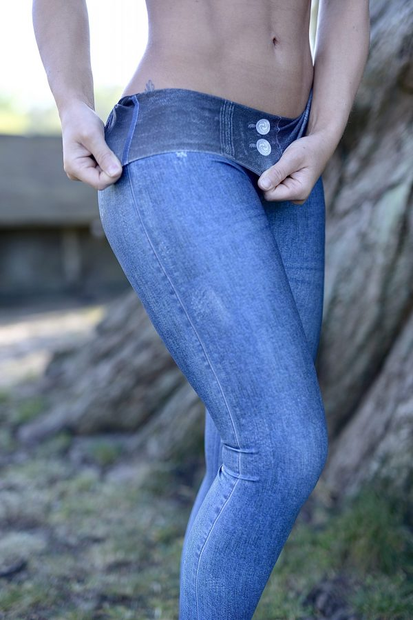 Fitgirl displays the reversable side of the Rolamoca jeans legging