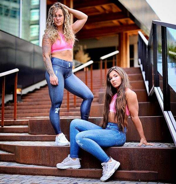 Two fitgirls wearing the reversable Rolamoca Jeans legging