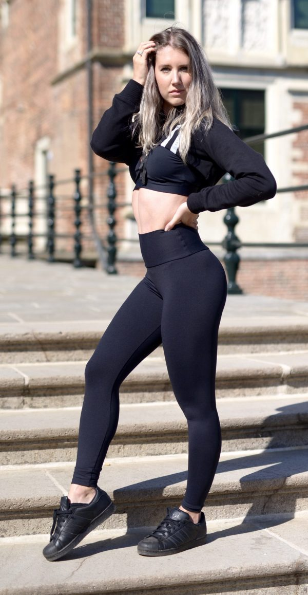 Fitgirl wearing a Rolamoca infrared Legging