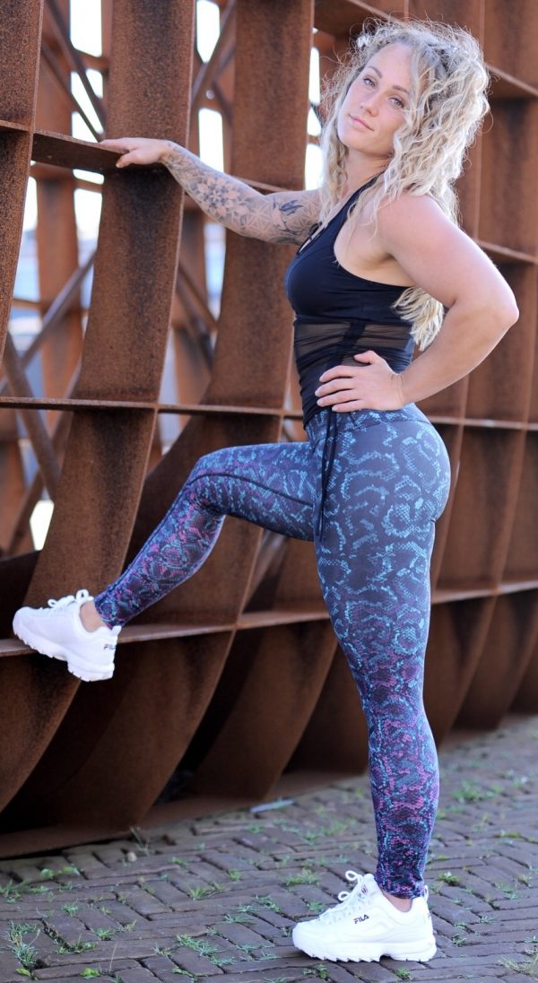 Fitgirl wearing a snake print legging from Rolamoca