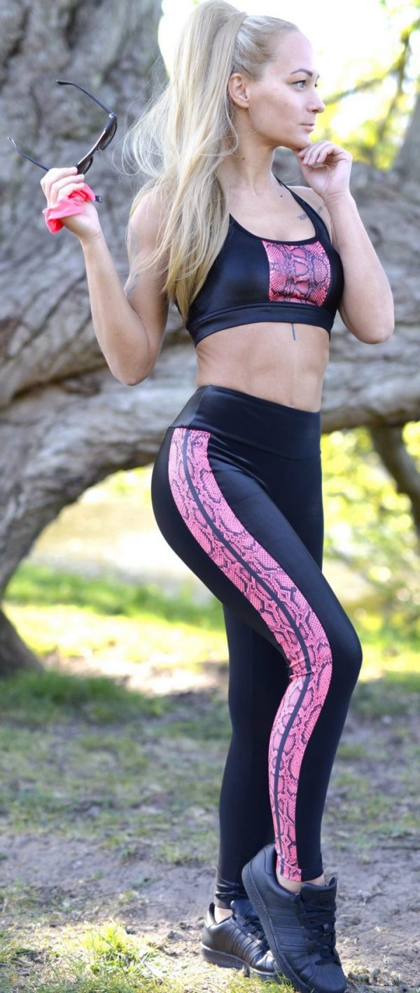 Fitgirl wearing a Rolamoca legging and top