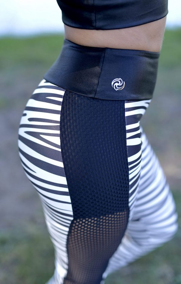 Side shot of a Rolamoca Zebra legging
