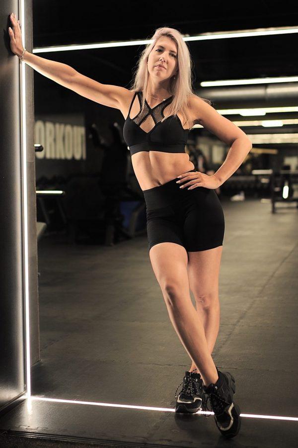 Blonde fitgirl wearing black Rolamoca shorts and sportsbra