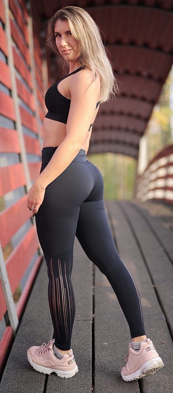 Fitgirl wearing a black sportsbra and legging from Rolamoca