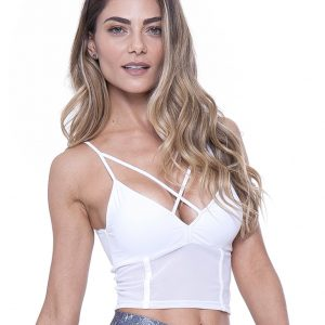 Blonde Fitgirl wearing a white Rolamoca top