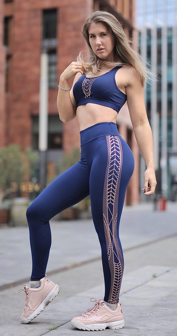 Fitgirl wearing a blue legging and top from Rolamoca
