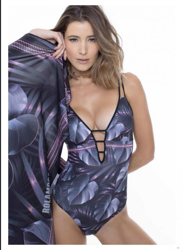 Model draagt het badpak purple orchid van Rolamoca