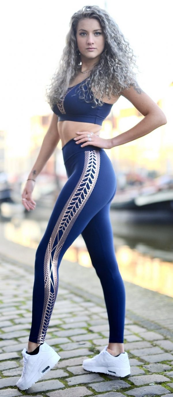 Fitgirl wearing blue legging and top from Rolamoca